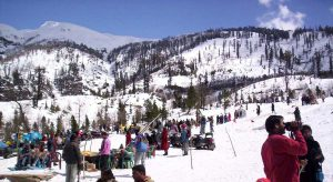 B-08, MANALI-280301 - MARCH 28, 2006 - Manali Tourists enjoing at Snow Point near Guaba about 17 KM  away from Manali  after a fresh snow fall  on Monday. PTI PHOTO